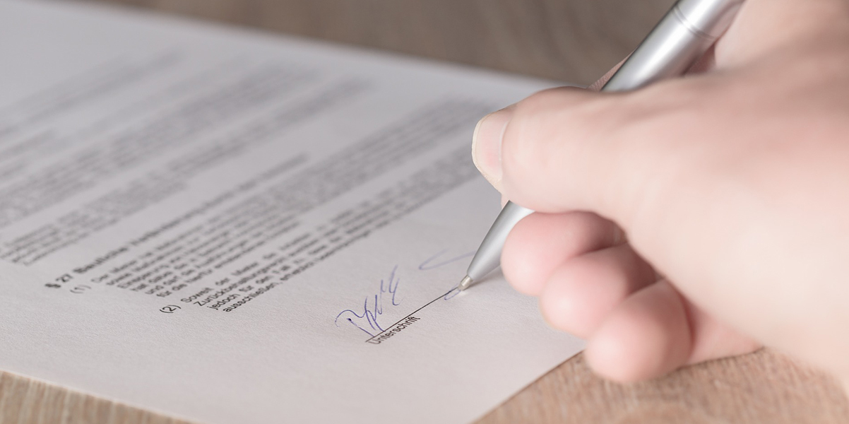 signing a rental contract in germany